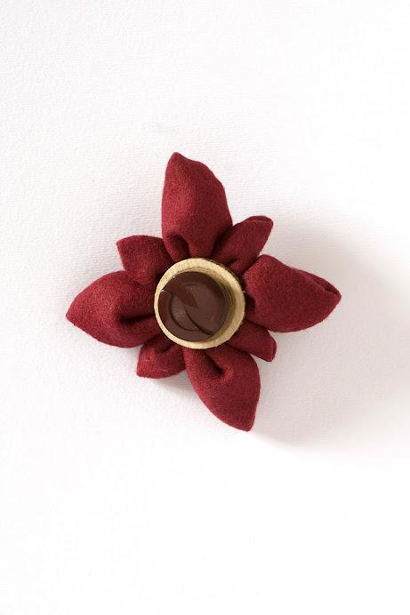 Spilla con fiore in stoffa e decoro centrale con legno e bottone