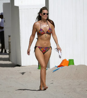 English: Molly Sims Flower Bikini‭ ‬2014‭ ‬New Year Eve Miami‭