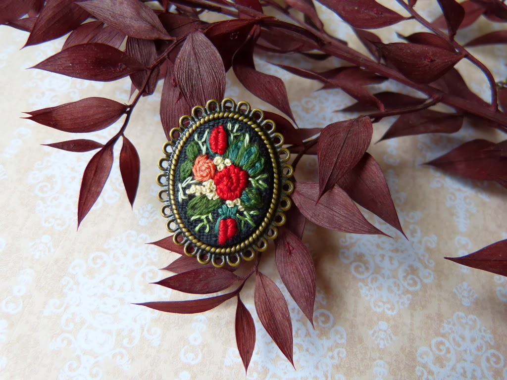 haft rococo, embroidered , haftowane róże, haftowany pierścionek, pierścionek z haftem, embroidered jewerly, pierścionek handmade, vintage, medalion z haftem, handmade jewerly, bullion stitch,