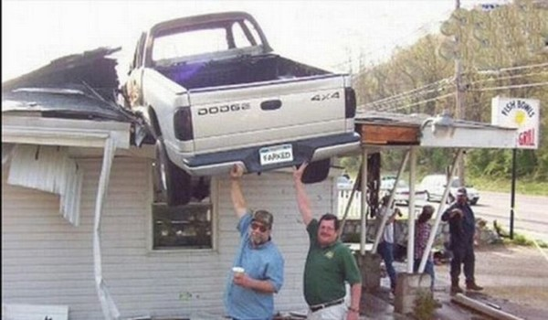 Camioneta voladora termina en el techo de una vivienda