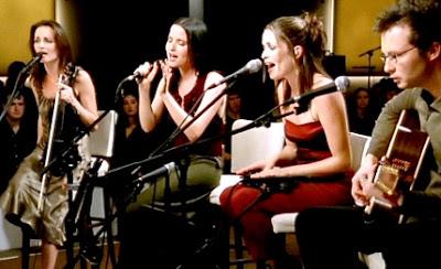 The Corrs cantando en concierto