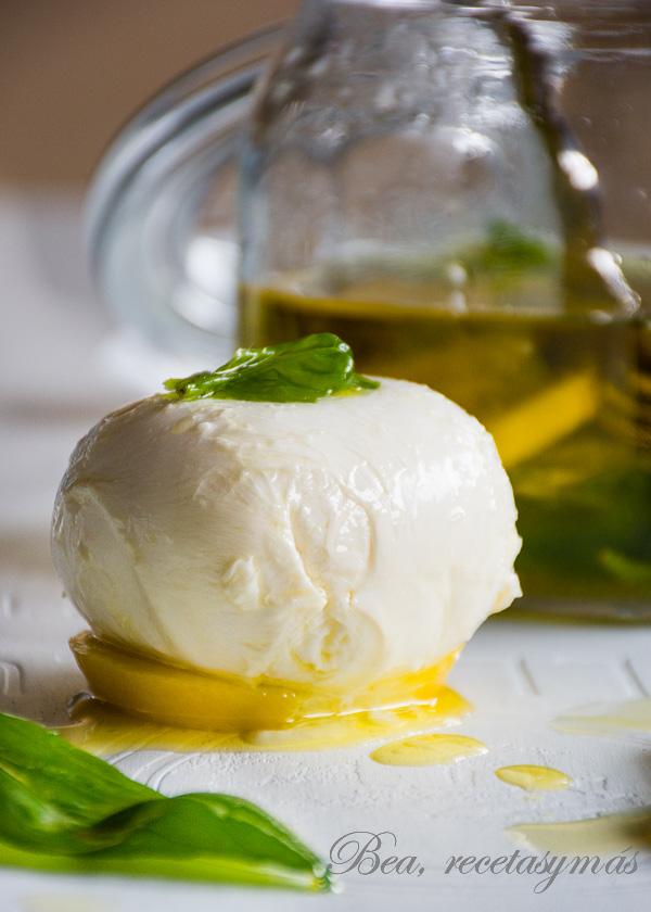 Mozzarella marinada en oliva, limón y albahaca