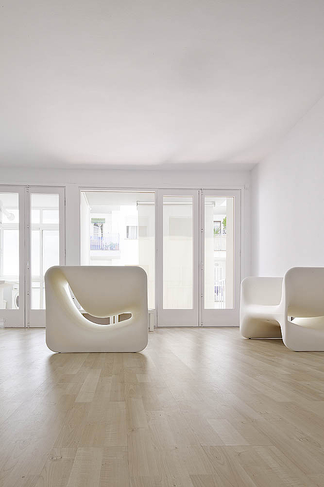 All White Minimal Spanish Room Design