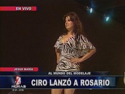 rosario ponce modelo vestido a rayas luciendo senos