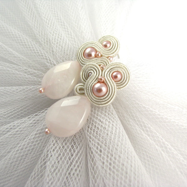 Różowe kolczyki ślubne z perłami