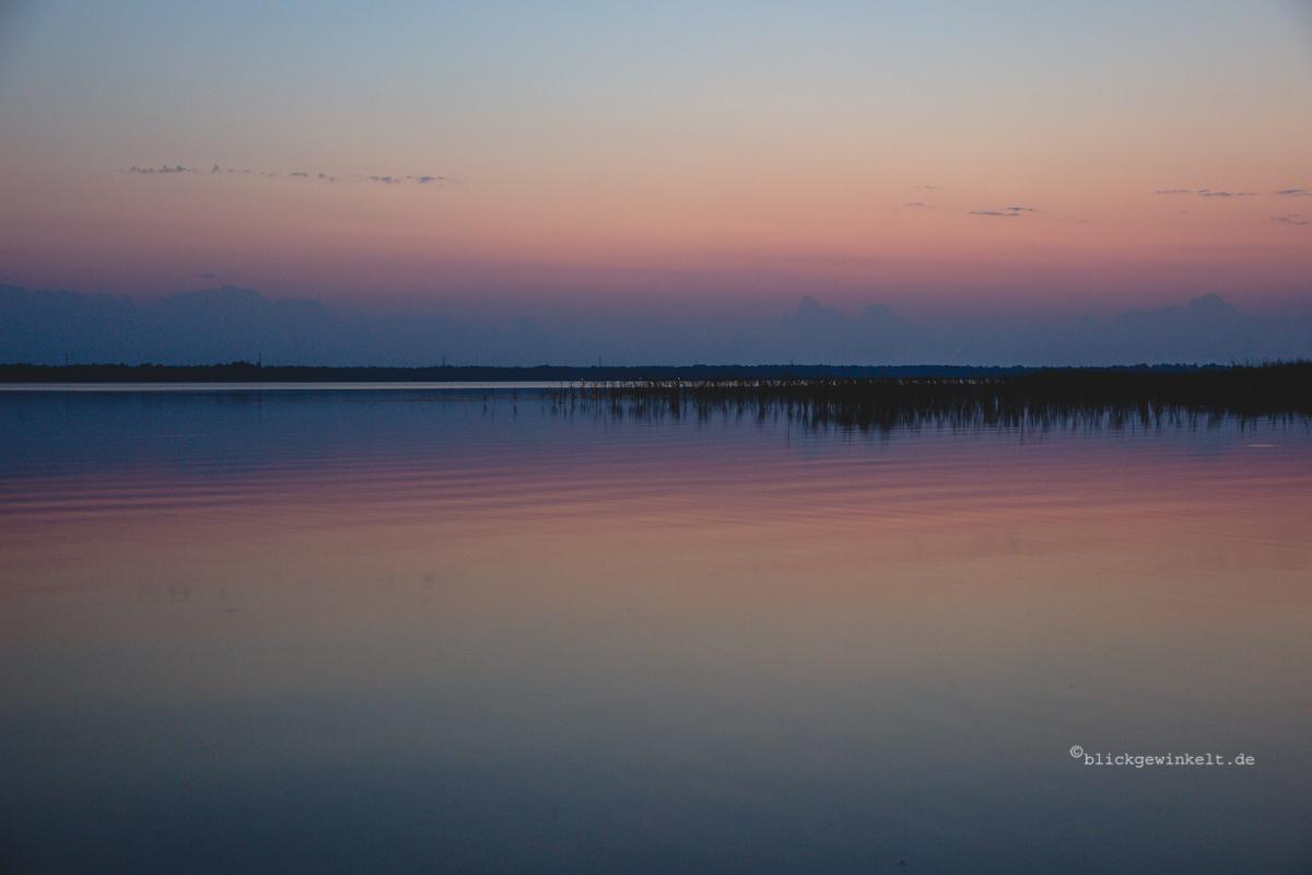 Sonnenuntergang über einem See in Smaland