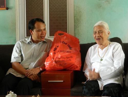 Các đồng chí lãnh đạo  huyện thăm và tặng quà người cao tuổi