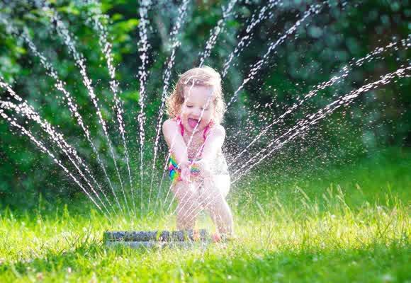 Waspada Jaga Anak Balita sedang Bermain Air