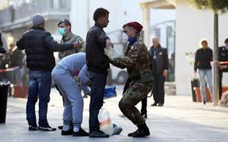Soldati perquisiscono immigranti a Lampedusa