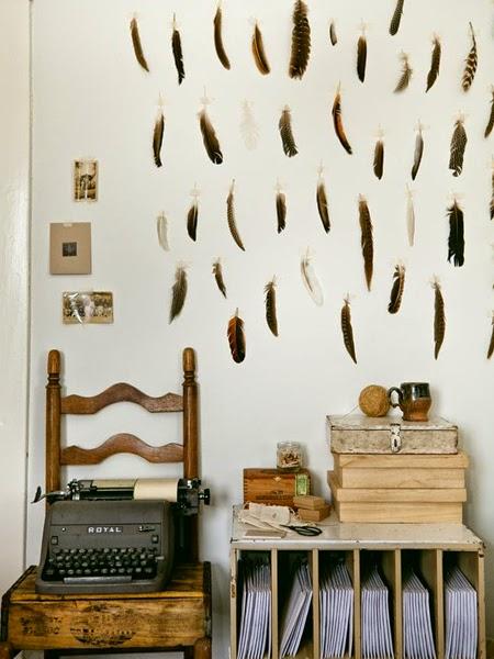 Wnętrze z ptasimi piórkami