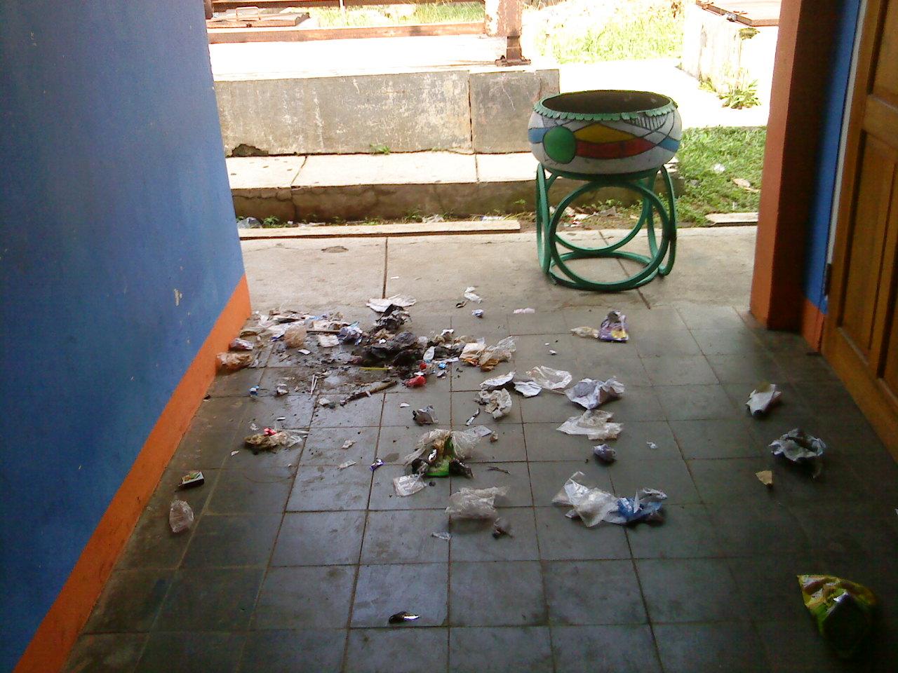 seperti gambar di atas,menunjukan bahwa lingkungan sekolah yang kotor
