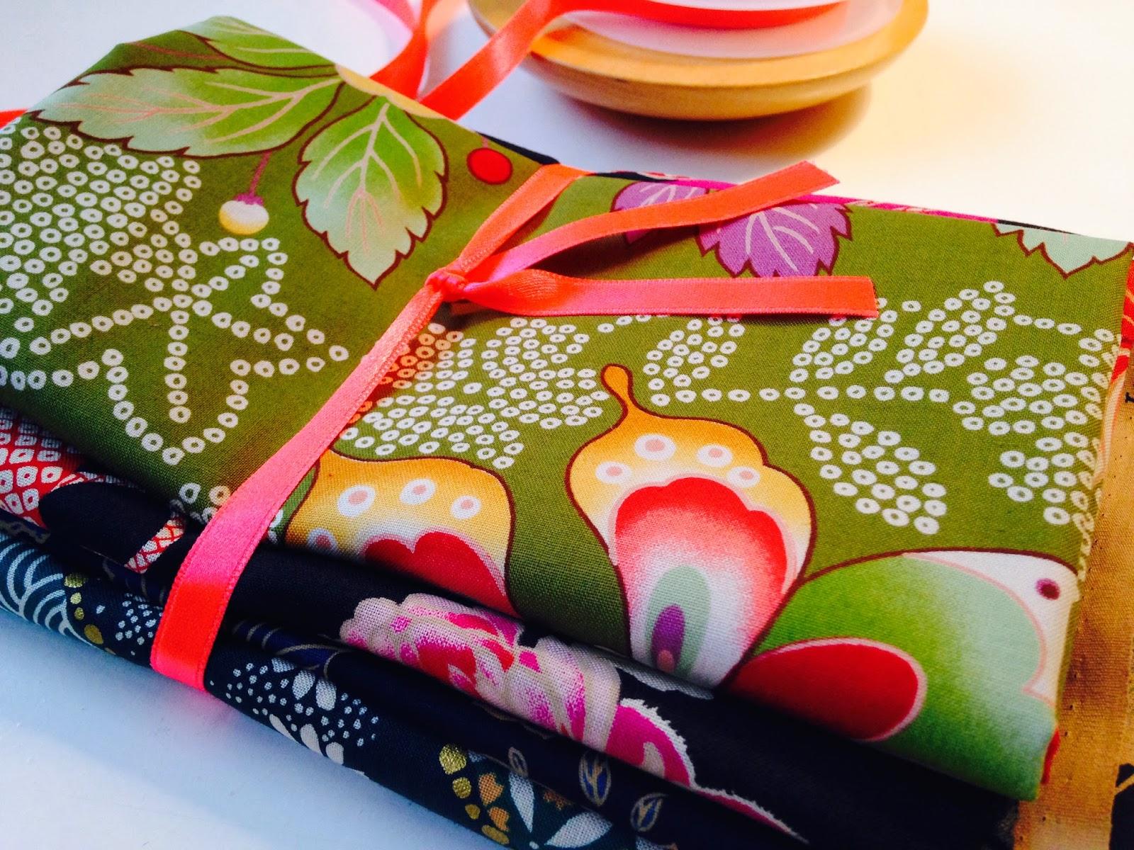 Japanske stoffer der et bundtet sammen med neonfarvet silkebånd
