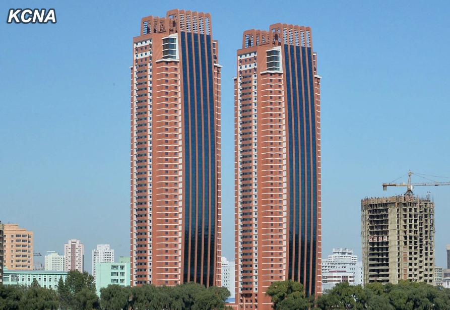 Impresionantes logros sociales y de Obras publicas de Corea del Norte en el 2014 Nuevos%2Brascacielos%2Bfull%2B3