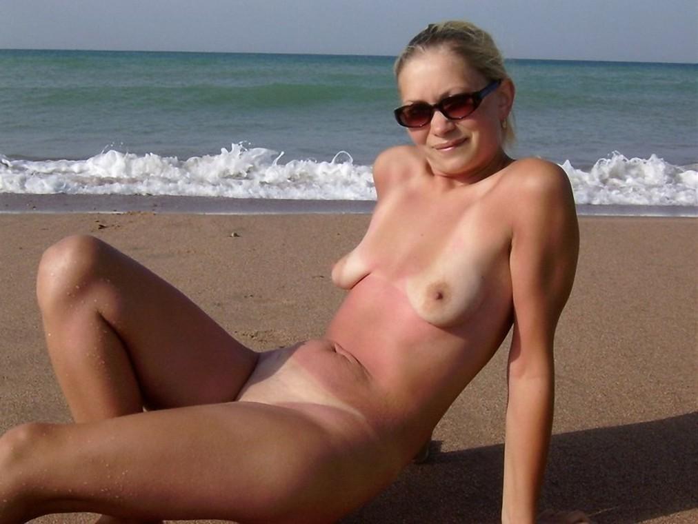 Kleine Hänge Titten am Strand
