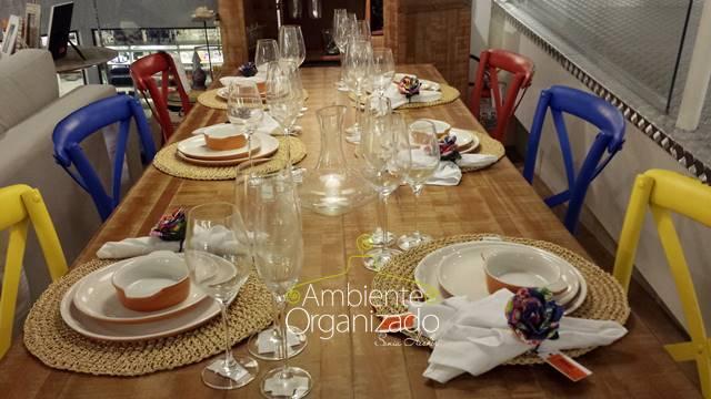 Sala de jantar rústica com cadeiras coloridas Tok & Stok