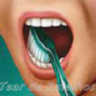Escovando a face mastigatória dos dentes.