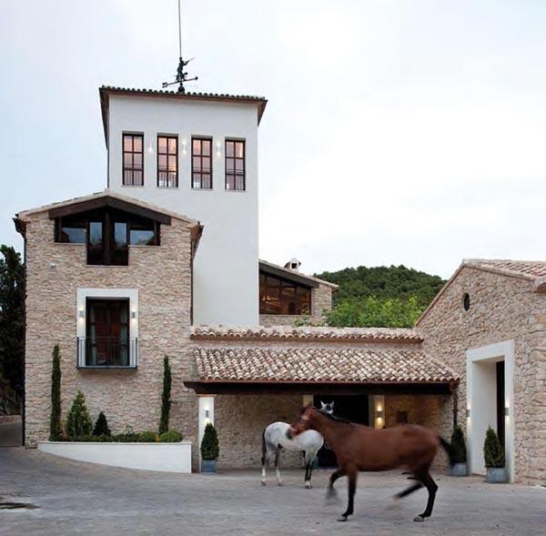 masía de piedra rehabilitada con buen gusto-entrada principal masia con pavimento de adoquin