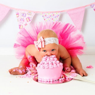 Gambar Bayi Lucu Perempuan Makan Kue Ulang Tahun