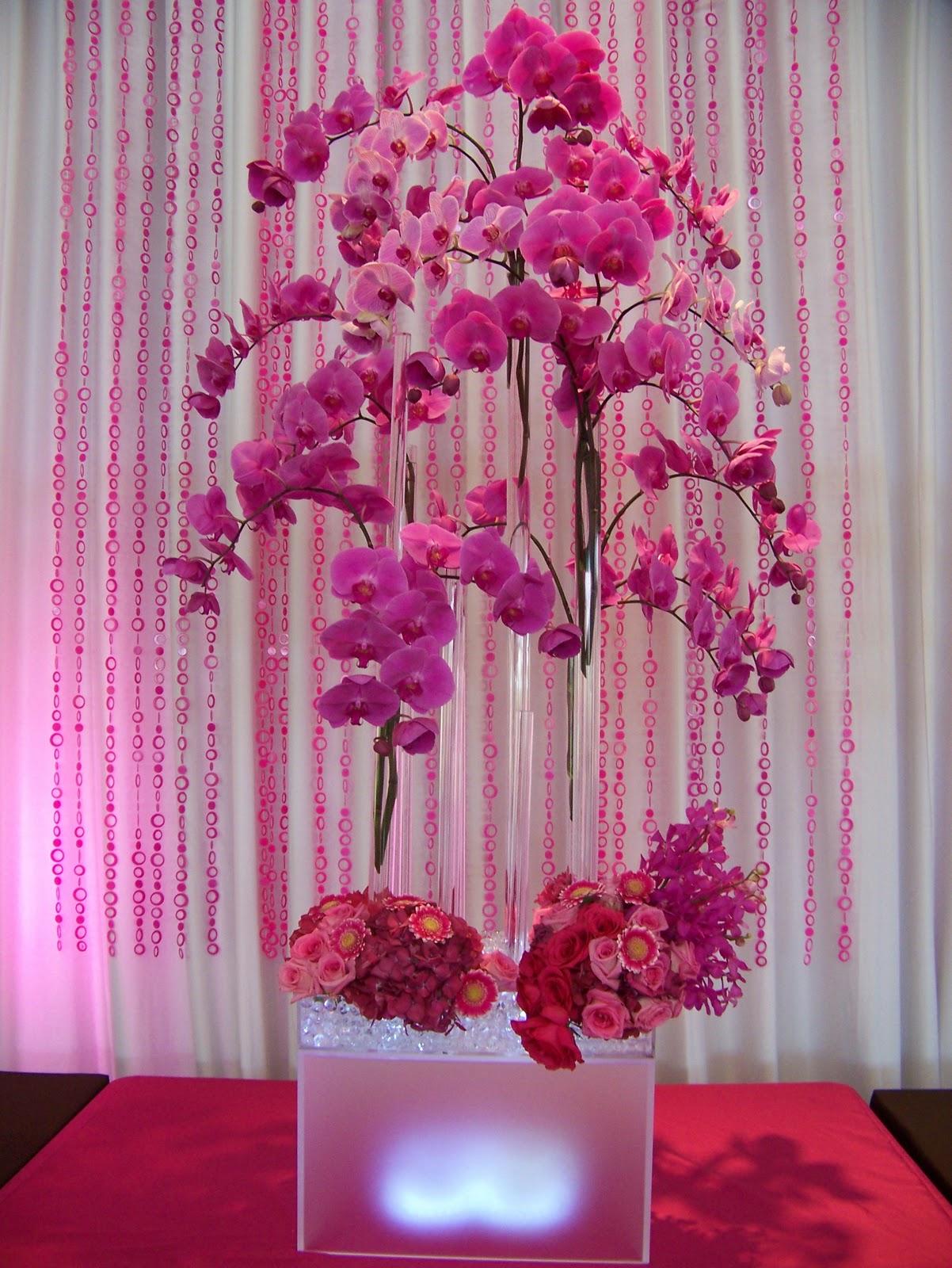 Ramilletes de orquídeas en tubos largos de cristal, bien en forma de ramo bien sumergidas.