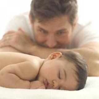 اختيارك عدم انجاب اطفال..قرار قد تندم عليه - رجل يراقب ينظر الى طفل - man watch kid child baby