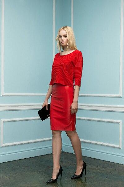 Зеленая кофта и красная юбка