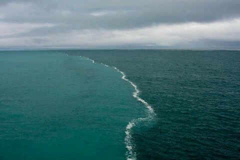 Laut dua warna yang terdapat di selat gibraltar berwarna biru tua dan
