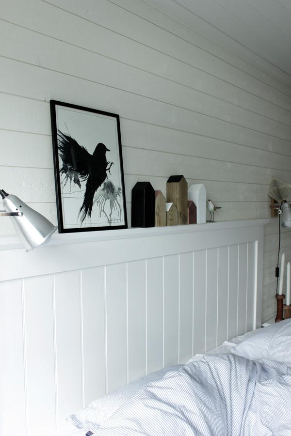 prins fågel, svart fågel tavla, poster fågel, svartvit artprint, diy trähus, inspiration sovrum, vit sänggavel av trä, vit panel på väggen