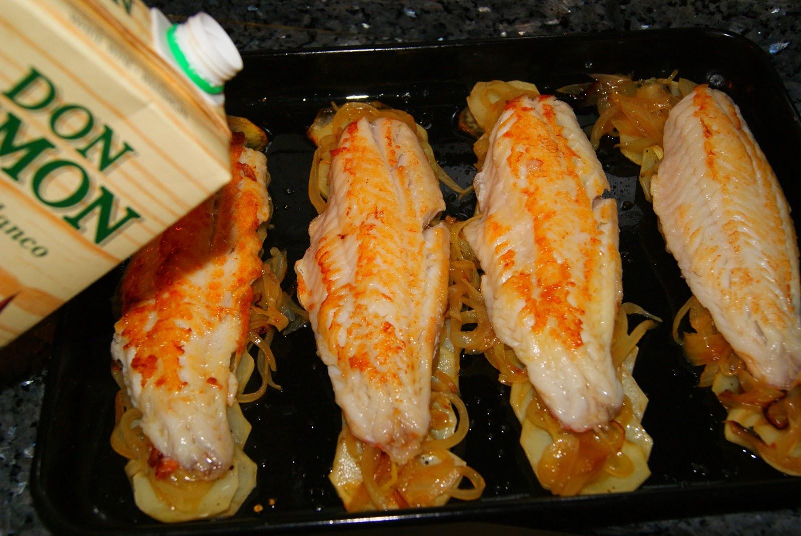 Cabracho al horno con patatas panadera y lechuga de roble for Cocinar kale al horno