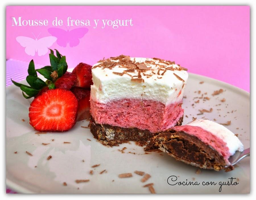 Prepara una exquisita mousse de fresas y yogur con base de galletas y chocolate