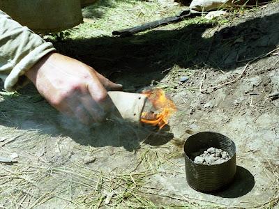 Выемка отливки бронзового кельта из формы