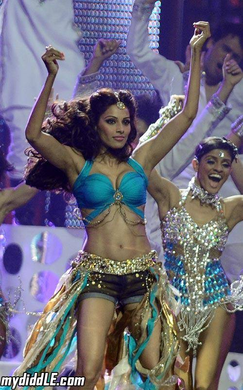 Bipasha Basu Hot Dance Performance at IIFA 2011