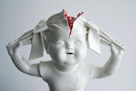 Maria Rubinke esculturas porcelana surreais sangue crianças macabras Crânio rachado expondo o cérebro