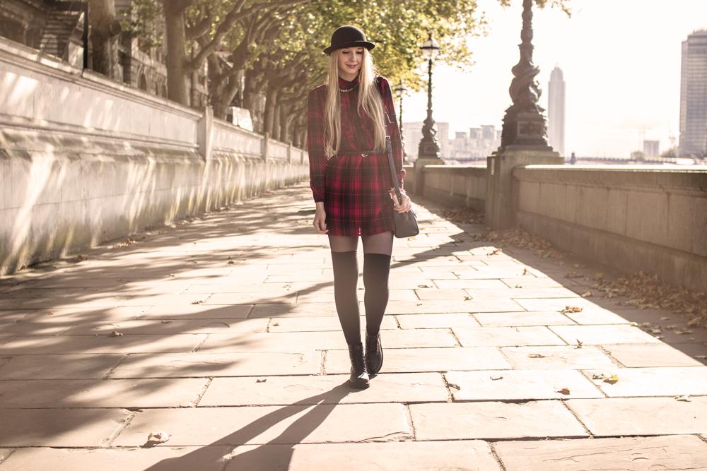 blog modowy Londyn kapelusz sukienka tunika w kratkę house zakolanówki