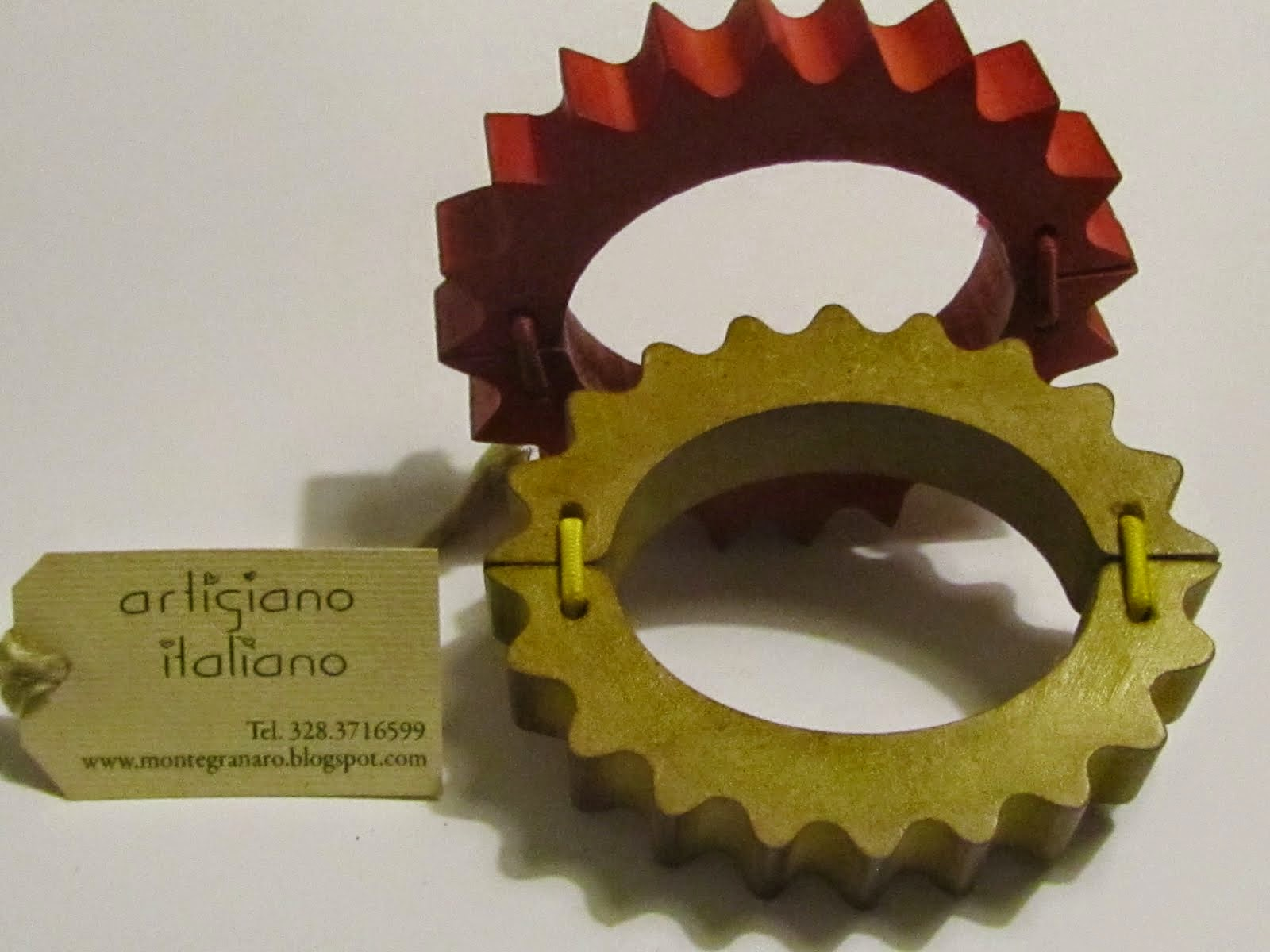 Artigiano che produce braccialetti in legno realizzati a mano