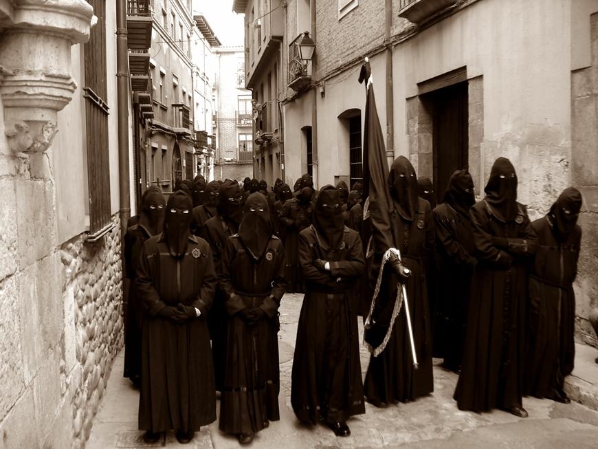 """Bandera y """"papones"""" de """"Jesús Nazareno"""" por la calle Escurial a primera hora de la mañana del Viernes Santo."""