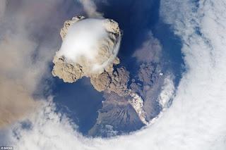Gunung berapi Sarychev di Kepulauan Kuril, Russia
