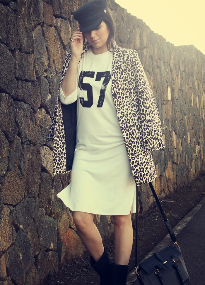 blogger_walking_posing