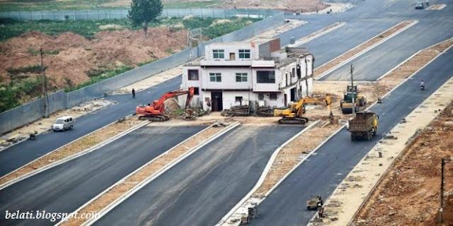 Tak Mau Digusur, Rumah Ini Tetap Berdiri Kokoh di Tengah Pembangunan Jalan Tol