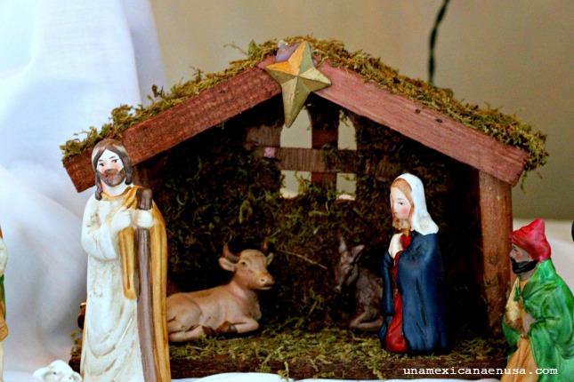 Nacimiento bajo el árbol de Navidad