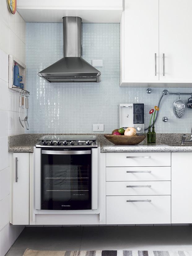 cozinhas pequenas planejadas com janela em cima da pia
