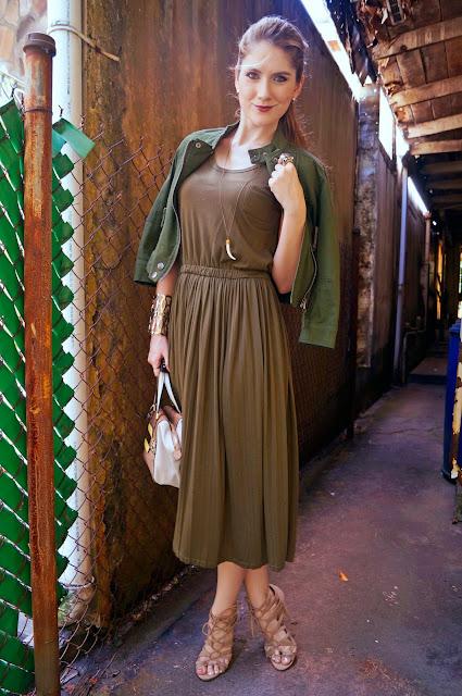 Outfit com o exército verde e neutros