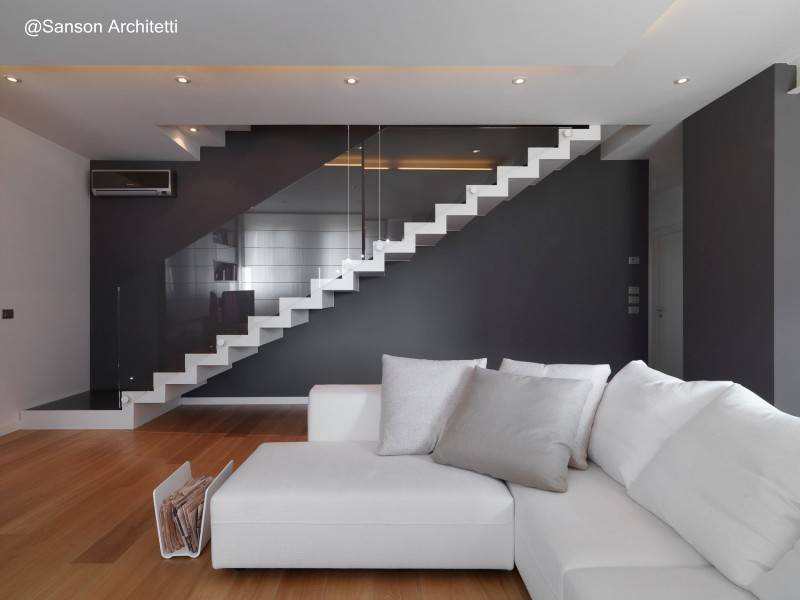 escalera con baranda de vidrio en italia
