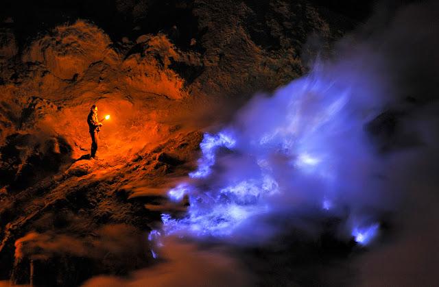 Fenomena api biru Kawah Ijen.