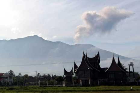 Gunung Marapi Semburkan Abu Vulkanik