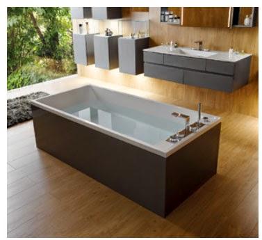 Эргономичная ванна Memoria размером 190 x 90 см гармонично сочетается с мебелью ванной комнаты.