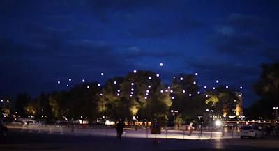 Um enxame de quadricópteros sincronizados toma os céus da Áustria Article-2198582-14D8604C000005DC-933_964x522