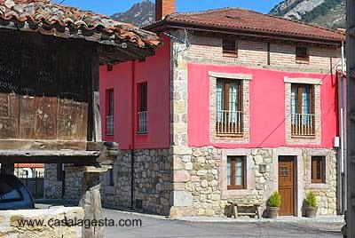 Casa de piedra en un pueblo de Asturias, España