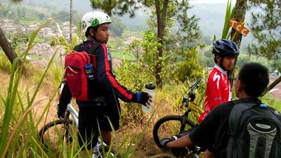 Keluar dari hutan pinus pertama (sekitar 3 km), kami disuguhi pemandangan pemukiman warga dari atas bukit.