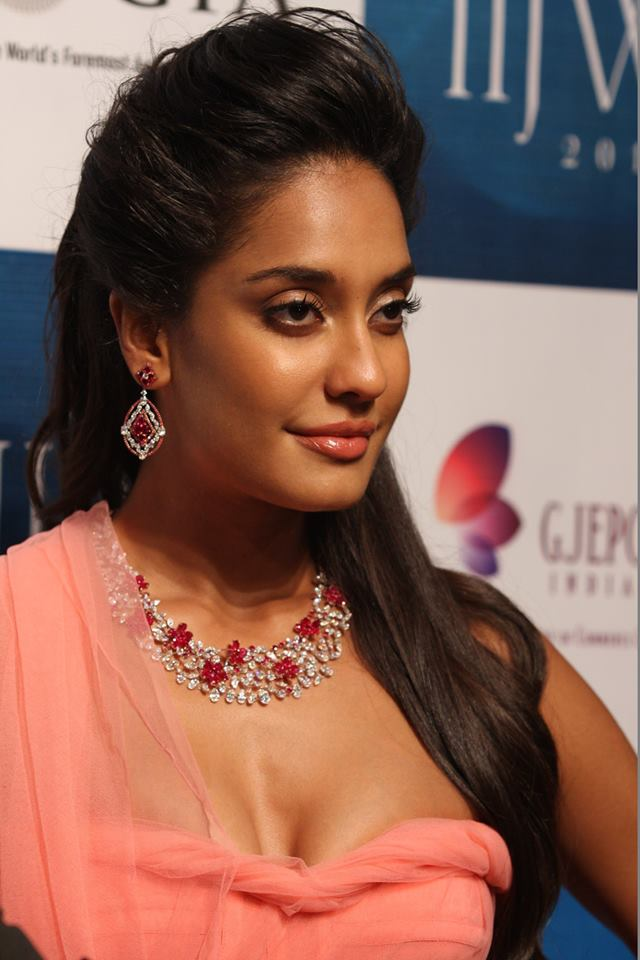Lisa Haydon Showstopper For Nirav Modi Iijw Indian Cinema