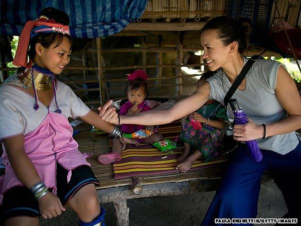 Bộ tộc phụ nữ đeo vòng làm cổ dài ở thái lan 9